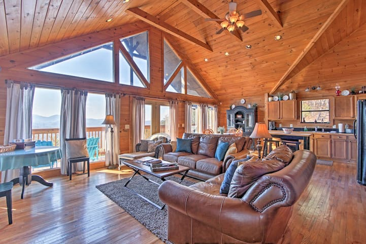 Sevierville Home w/Hot Tub - 5 Min to Pigeon Forge