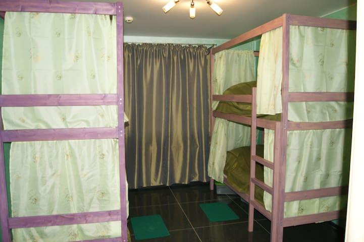 Кровать в женском номере с 4 кроватями