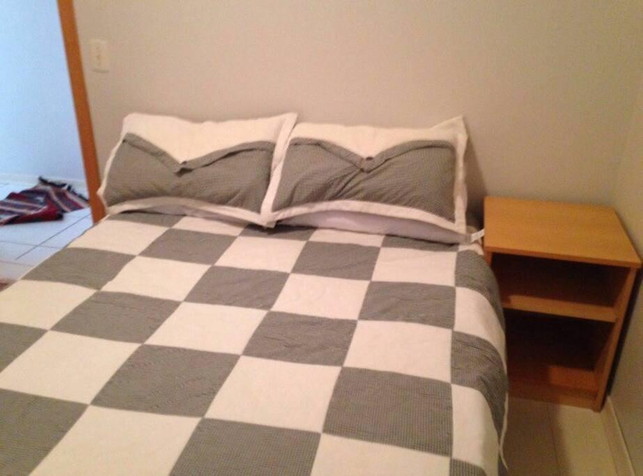Quarto com Ar-Condicionado, cama king-size //Room provided with A/C, King-size bed