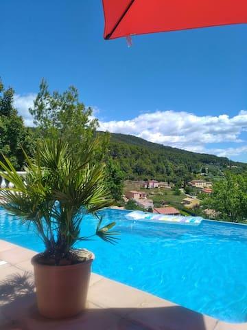 Gîte Cade  2 pers. Terrasses et piscine .