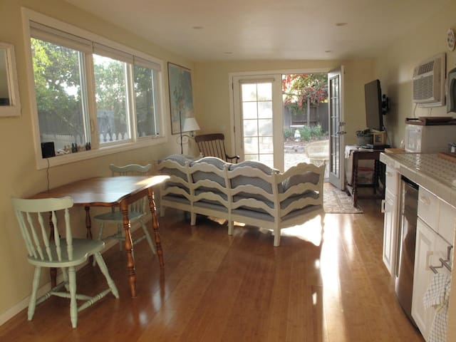 Super Cute Guest House + Yard - Camarillo - Bungalov