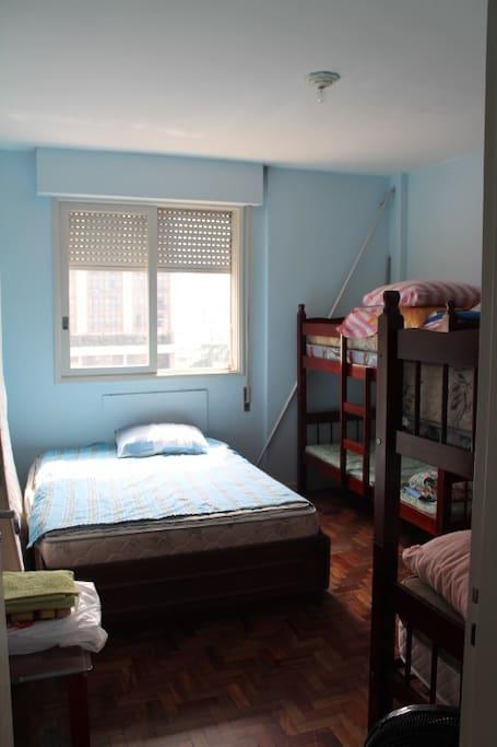 quarto com cama de casal e duas beliches