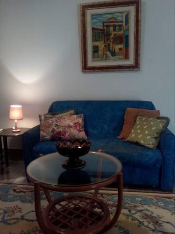 Ο καναπές που γίνεται κρεβάτι στο σαλόνι! Με πίνακα ζωγραφική στο χέρι από την παλιά πόλη του Ναυπλίου!