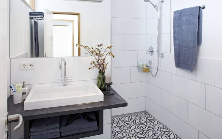 Großes Bad mit bodengleicher Dusche