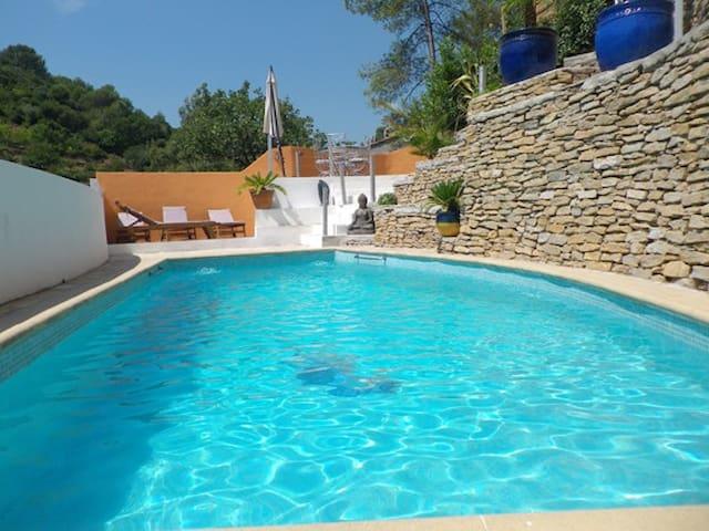 BAS DE VILLA avec grande terrasse et acces piscine - Solliès-Toucas - บ้าน