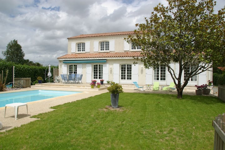 Nice house with pool at Nantes