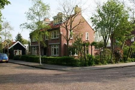 Guesthouse at the Amsterdam Bos - Hytte