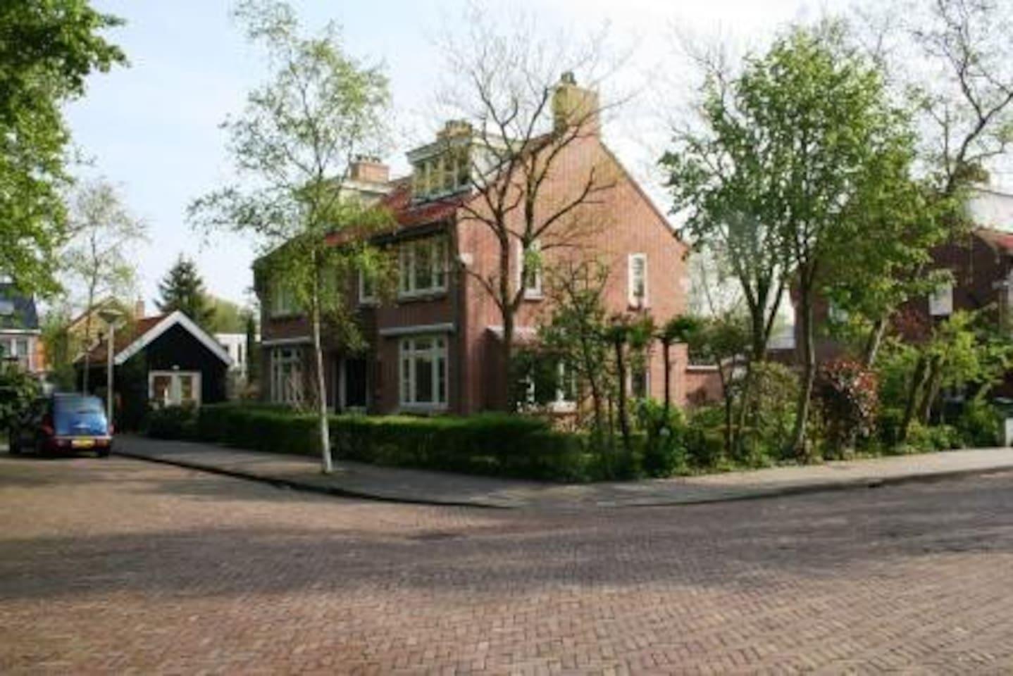 Doodlopende straat met hoofdgebouw
