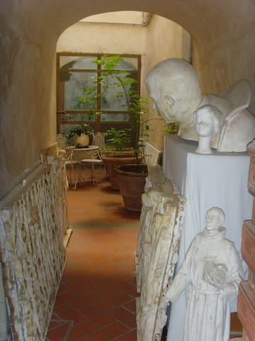 Stabile del 1600 adornato di sculture d'arte sacra e dipinti