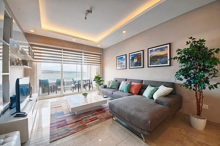 Twin Room for rent in luxury seafront apartment