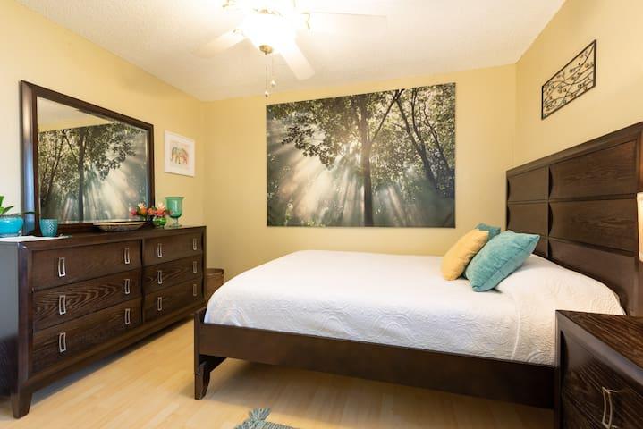 Beautiful queen bedroom in NW Austin