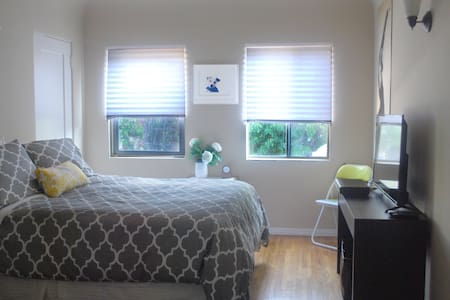 Beverly Grove Room & Full Bath With Private Entry - Los Angeles