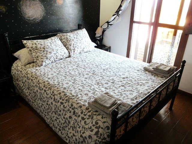 Dormitorio 2.Cama matrimonio, colchón viscolástico, armario empotrado, escritorio, aire acondicionado, juego de cama completo, vistas al pueblo y al mar.