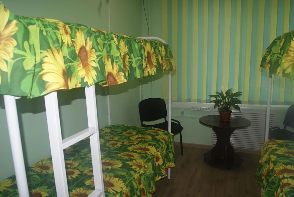 Одна из комнат (четырех местный номер) с двухяростными кроватями,так же в этой комнате присутствует компьютер стационарный с интернетом.
