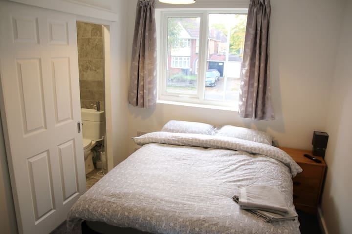 Double en suite room with wifi, TV & Netflix