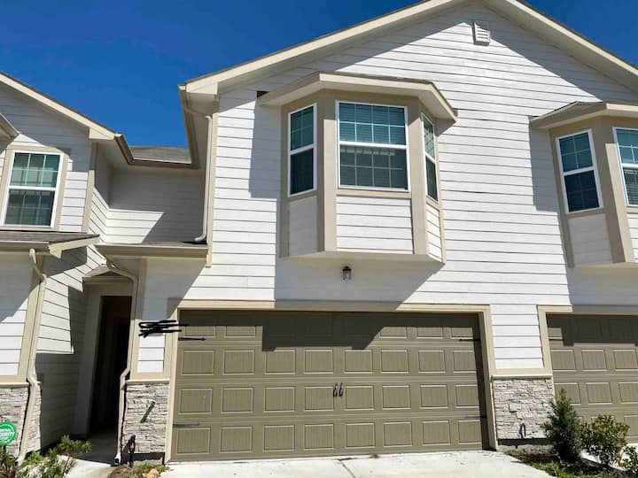 Beautiful newly built 2 story townhome!!