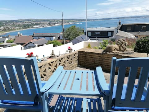 Beautifully presented 2 bedroom end of terrace house with stunning views!