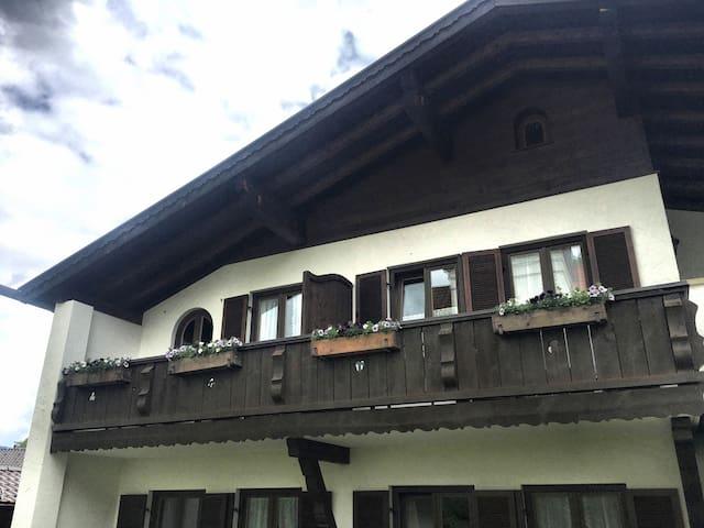 Privater großzügiger Balkon mit Trennwand zwischen Wohn- und Schlafzimmer.