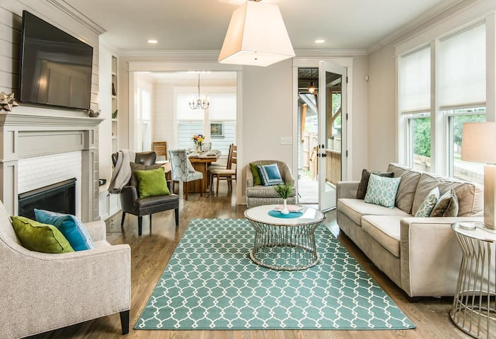 Minutes from Downtown Nashville, Sleeps 12!