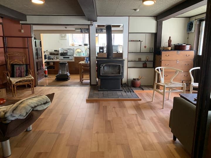 明治古民家貸切 かぐらスキー場 車3分 24時間風呂 庭BBQ 薪ストーブ 32畳 Yogaroom