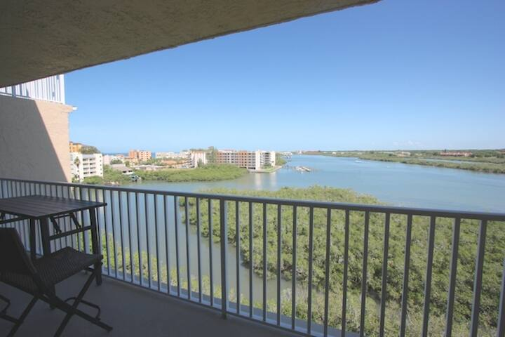 Value-priced waterview condo, pool, tennis, putting, free Wi-Fi, cable, balcony --702 Bayshores