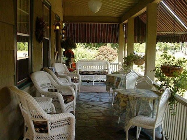 Inn Room w/Priv Entrance, Kitchenette by CT Shore! - Westbrook - Guesthouse