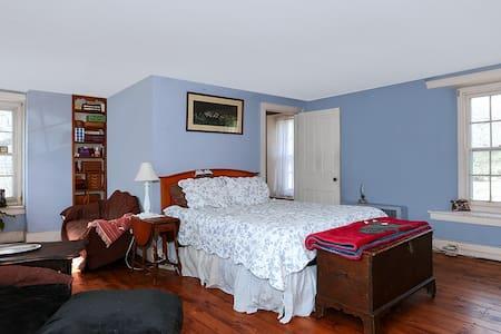 300+ yr MASTER Bedroom QUEEN BED /PRIVATE BATH - Washington Crossing
