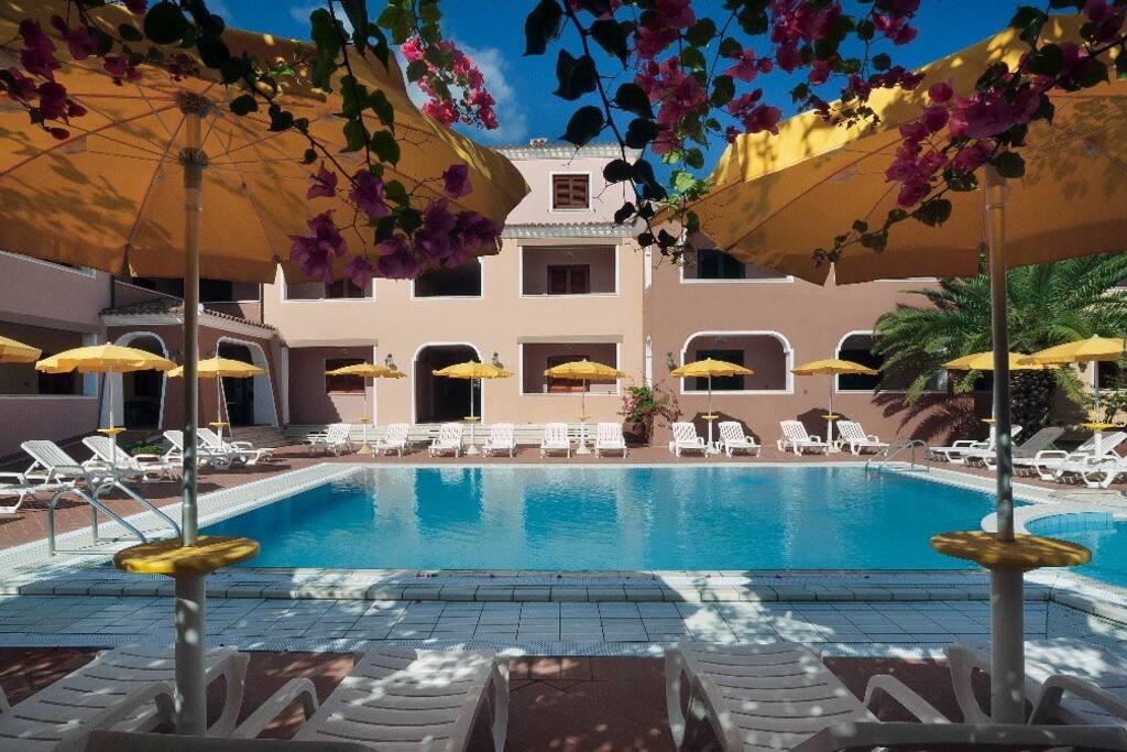 Bilocale in residence con piscina condomini in affitto a - Residence con piscina sardegna ...