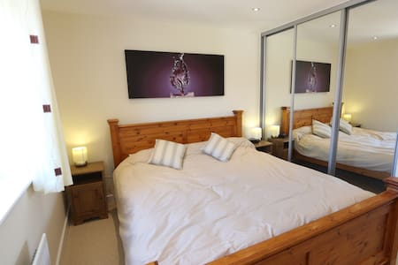 Quiet room in a modern house - Haywards Heath