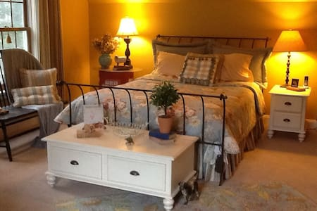 Private bedroom close to Burlington - Colchester - House