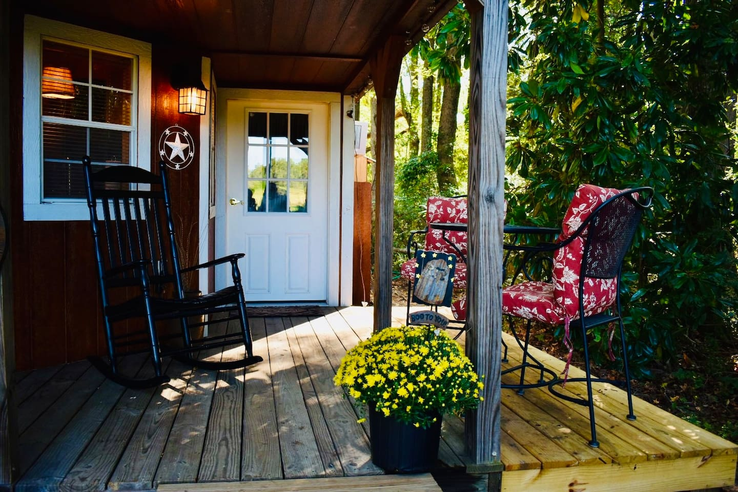 Relax and unwind on this amazing porch in a nice safe wooded town location. Gas grill on deck