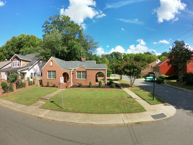 Uptown Charlotte Cottage Home Walk to all stadiums