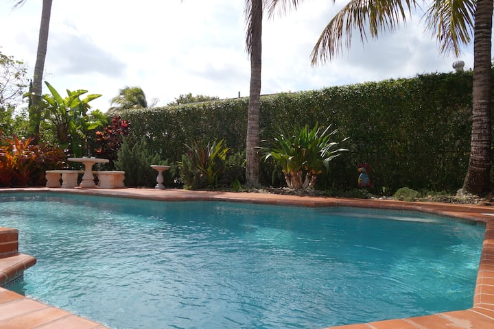Large Pool Home (Centrally Located)