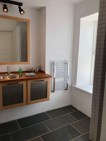 Værelser med plads til 4 med eget bad og toilet.