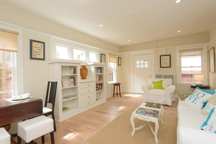 Spacious Venice Cottage, 1 Block to Surfing Beach