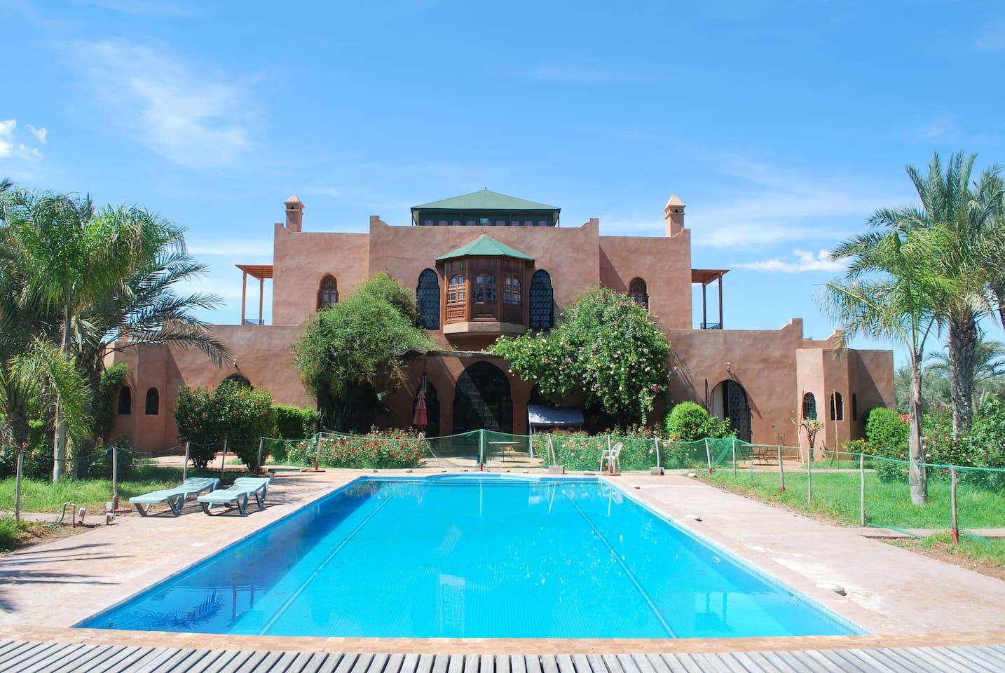Villa avec sa piscine dans un jardin arboré d'un hectare