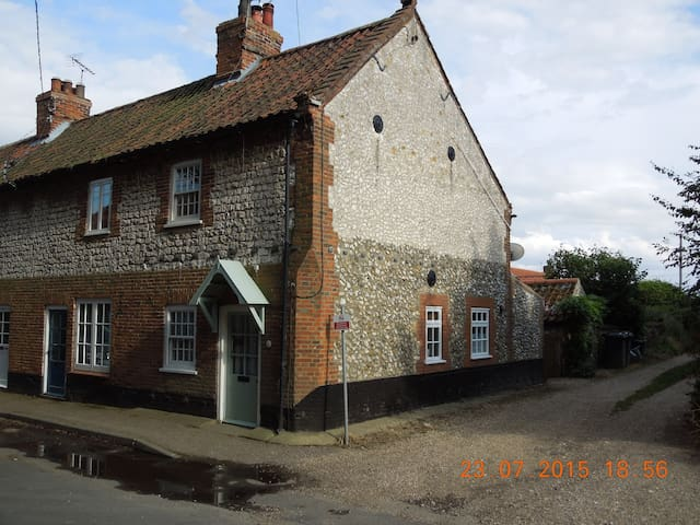 Comfortable cottage, ideal North Norfolk location