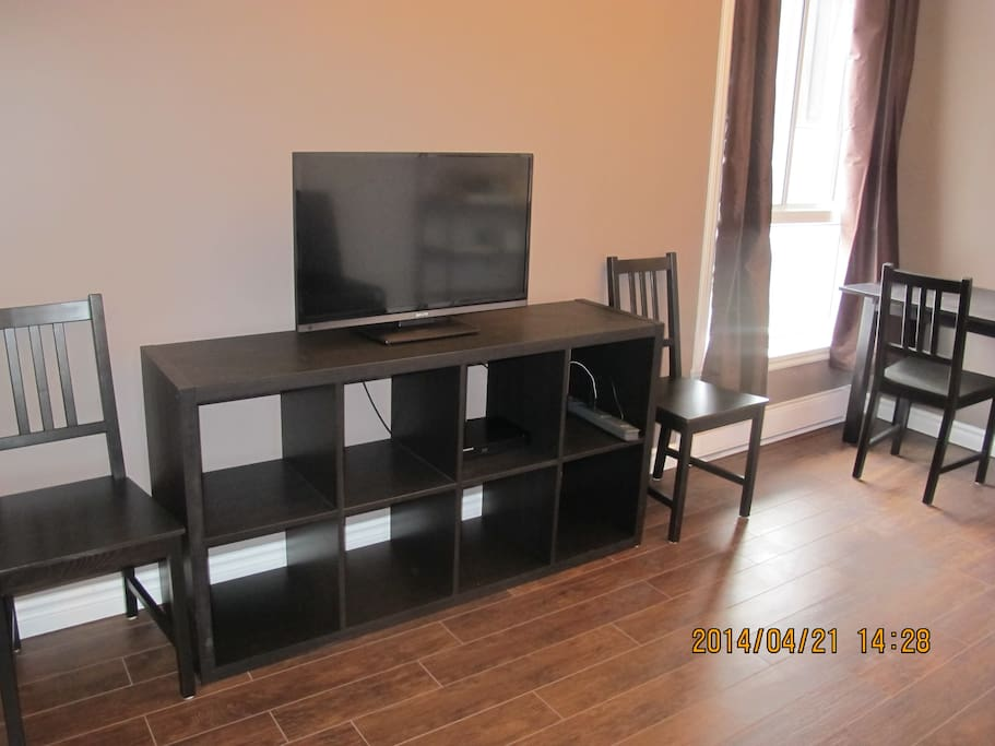 Flat screen tv with rooftop antenna hookup (US and Canadian channels).  Blu-ray player.