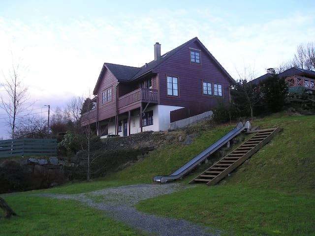 Large house near the airport. - Søreidgrend - Loft