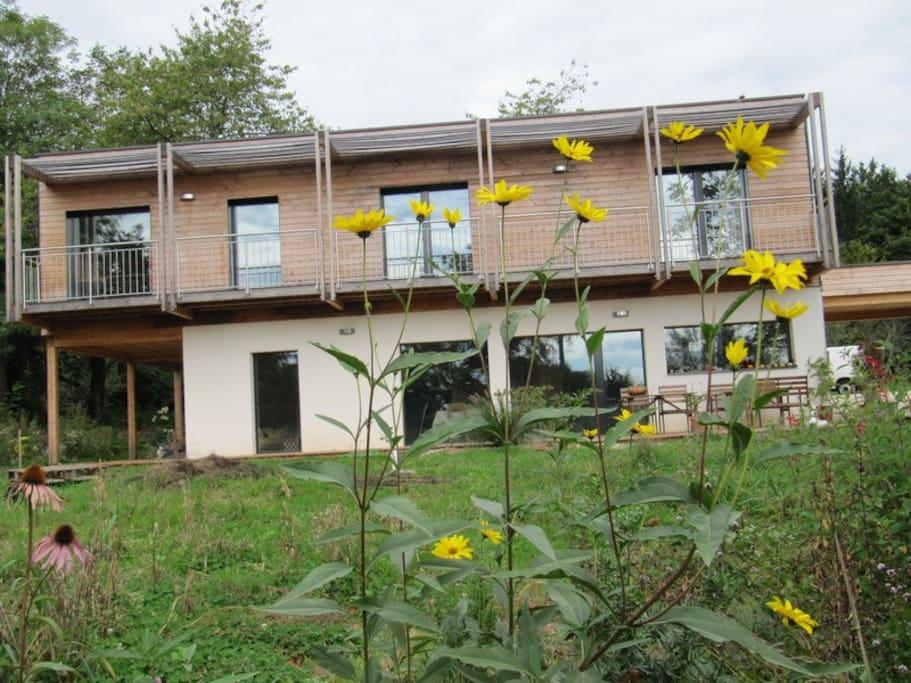 Maison écologique passive à ossature bois en bord de forêt et de Saône - Ecological wooden passive energy house on the edge of a forest - Ökologisches Passiv-Holzhaus am ruhigen Waldrand.
