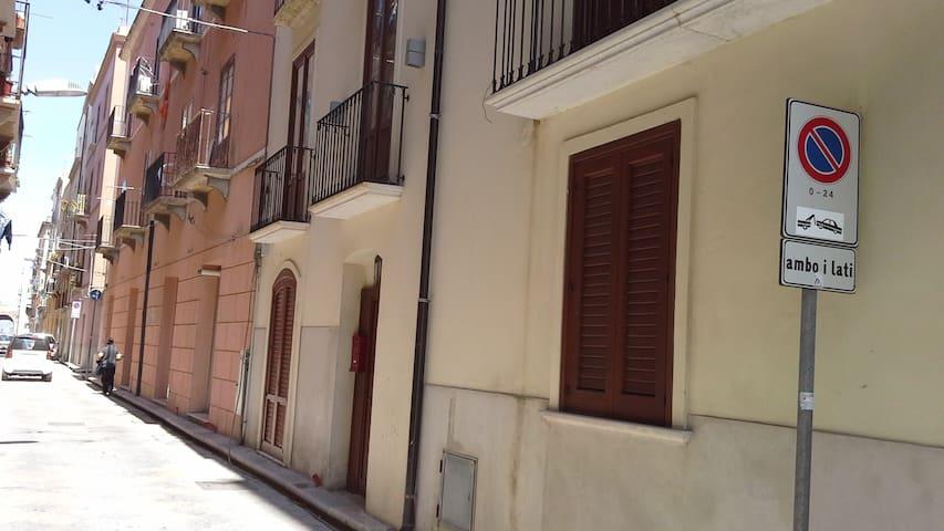 Veduta esterna della casa in Via Serisso (zona a traffico limitato).