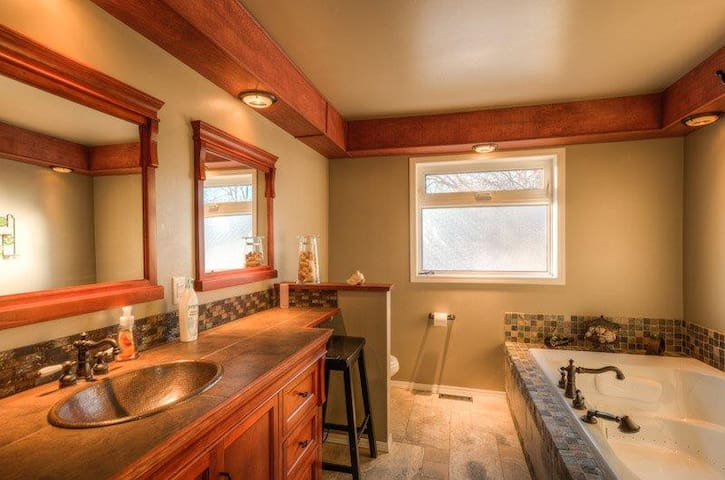 Private Room with en-suite bathroom - Yellowknife - Huis
