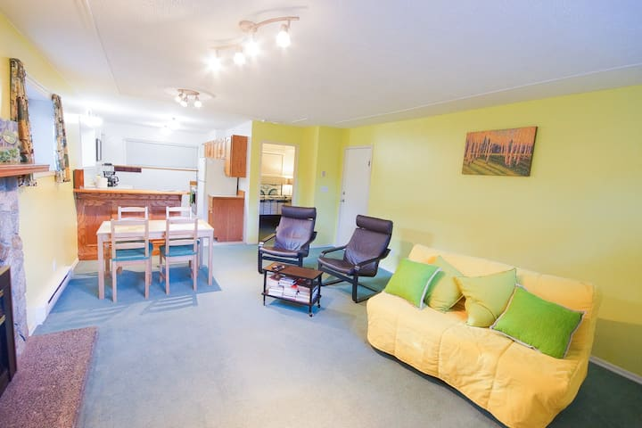 Comfy Cabana Suite, 4 mins to UVic, Quick to Dwntn