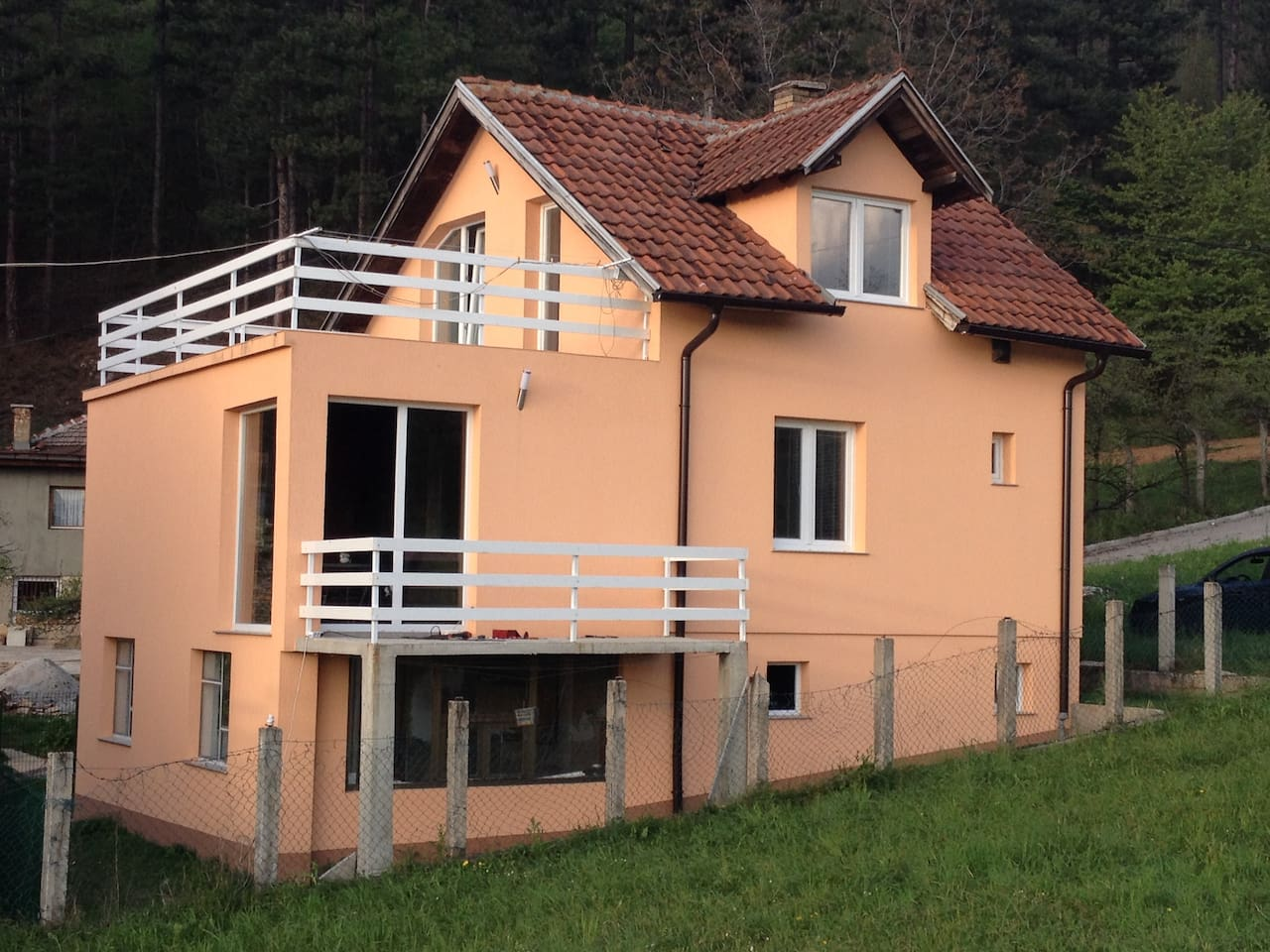 House (100 m2) consisting of three rooms, living room, kitchen, bathroom, balcony, terrace (25 m2) and two garages