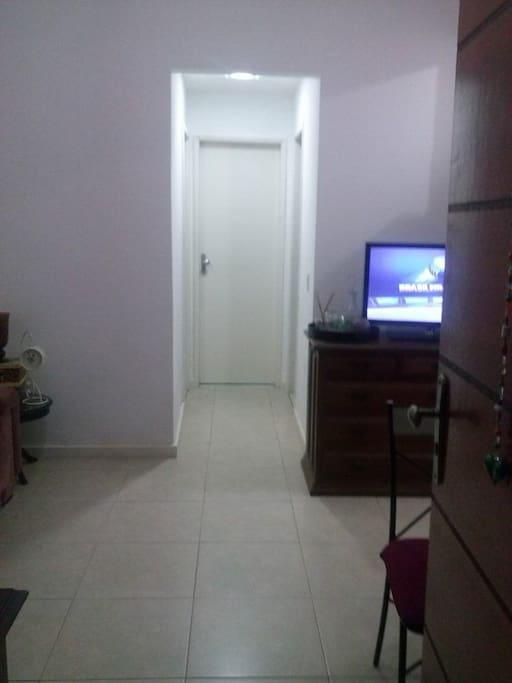 Entrada da sala com tv.