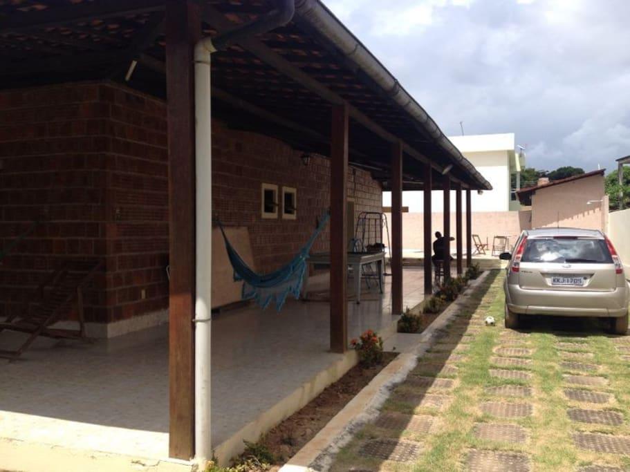 A garagem com vaga até 5 carros / Parking space for upto 5 cars.