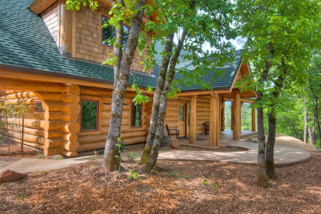 Luxurious log lodge near lk shasta cottages for rent in for Mount shasta cabins for rent