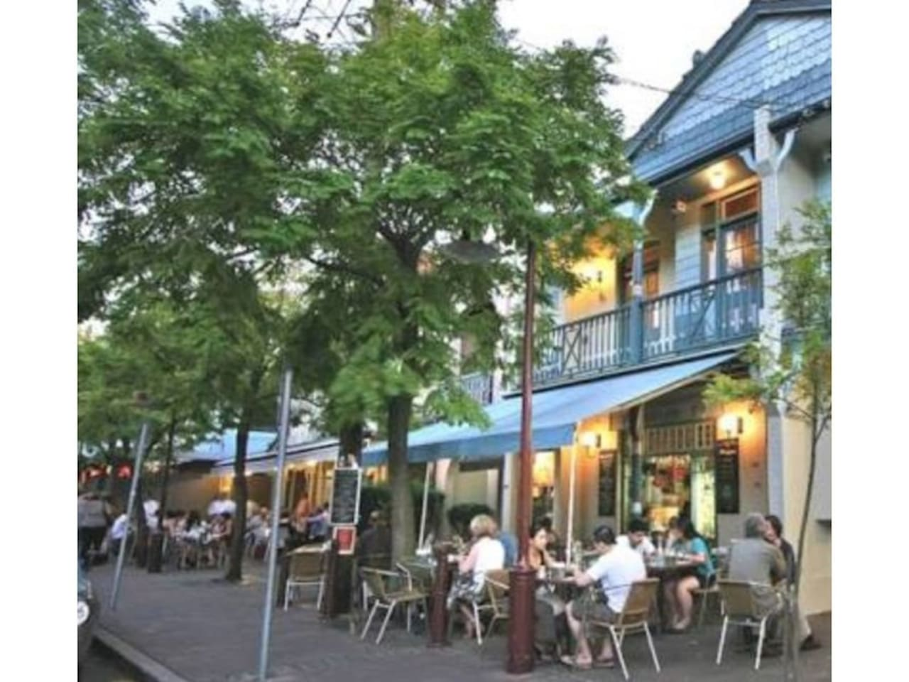 McMahons Point - cafe and restaurant strip 5 mins walk (350m)