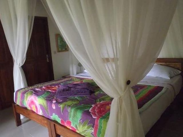 Bedroom with kingsize bed, fully airconditioned.
