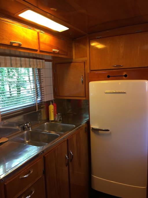 La cuisine (double évier, réfrigérateur)